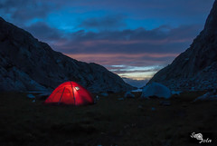 Cae la noche en los Pirineos (Sr_Jota) Tags: sony alpha montaña anochecer pirineos linterna ibón tiendadecampaña srjota