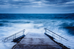 L'assault (hyeronimousse) Tags: lassault pyla sur mer bassin darcahon sud ouest aquitaine gironde france océan atlantique nd neutral density nd400 pose longue filtre neutre long exposure bleu tempete storm vague wave stair escalier eau wateur furie fury cliel sky dramatique dramatic nuage cloud wind vent nikon d7100 nikkor f28 1755 seascape paysage marin hoya digital dslr