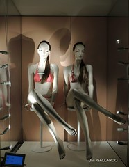 Gemelas en bikini - Venezia (Polycarpio) Tags: venice italy woman mujer women europa europe italia plastic plastico venecia showcase venezia mujeres sideboard gemelas displaywindow aparador vitrina escaparte