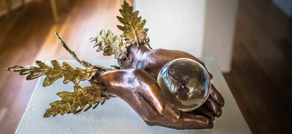 WHOLE WORLD IN YOUR HANDS BY BETH NEWMAN MAGUIRE [SCULPTURE IN CONTEXT 2015]REF-107671