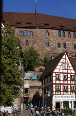 Nrnberg, Drer-Haus, Aussicht auf den Tiergrtnertorplatz und die Kaiserburg - Drer House, view of Tiergrtnertorplatz and the Imperial Castle (HEN-Magonza) Tags: germany bayern deutschland bavaria nuremberg franconia franken nrnberg fachwerkhaus timberedhouse kaiserburg imperialcastle tiergrtnertorplatz drerhaus albrechtdrerhaus albrechtdrerstrase albrechtdrershouse drerhouse