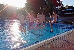 Jumping in da sun (_Tina_) Tags: summer sun pool swimming peace open air victory sprung abendsonne freibad iserlohn heidebad