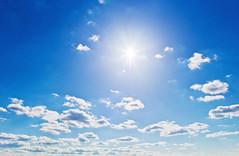 Wolken vor blauem Himmel (limerlya) Tags: austria licht space uv jahreszeit natur himmel wolke wolken blau tageslicht sonnig landschaft sonne weite copy luft atmosphre sonnenstrahlen wetter global blauer landschaften umwelt hintergrund himmelblau ozon unendlich strahl endlos bewlkt sonnentag strahlen unendlichkeit lichtstrahl umweltverschmutzung bewlkung drausen textfreiraum wolkenschleier