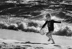 The boy and the sea (DROSAN DEM) Tags: sea ocean mar oceano olas wave people gente niño boy juego game