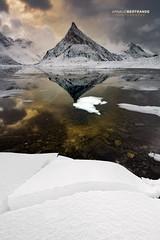 Montagne pointue à Fredvang (Arnaud Bertrande   Photographe) Tags: fredvang landscape norvège arnaudbertrande blocdeglace cailloux glace neige paysage pic reflet îleslofoten montagne pointue