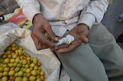 OIKO PICS (edgarpellucidar) Tags: italy india mani negozio mano frutta mercato slum dita newdelhi indiano denaro povert dito soldi fruttivendolo indiani venditore miseria monete povero baraccopoli terzomondo nuovadelhi