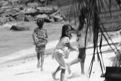 Running away (Paco Mayoral) Tags: blackandwhite blancoynegro children calle cambodia streetphoto nias runningaway huyendo kohrong