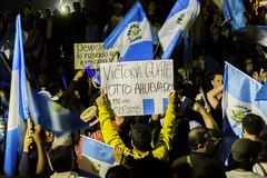 Victoria Guate ; protesta-celebracin 01/09/2015 (sierra.oe87) Tags: noche lluvia gente guatemala union pueblo protesta septiembre bandera alegria cartel pancarta vuvuzela palaciodelacultura plazalaconstitucin renunciaya justiciaya