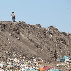 food donation at the Hulene garbage dump (delimaaaaaaaaa) Tags: trash garbage lixo poverty pobreza worsthealthyconditions máscondiçõesdevida moçambique mozambique africa áfrica