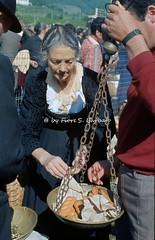 Gimigliano (CZ), 1974. Pellegrinaggio e festa per la Madonna di Porto. (Fiore S. Barbato) Tags: italy calabria catanzaro gimigliano madonna porto festa pellegrinaggio madonnadiporto fiume corace santuario costantinopoli