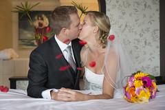 Wedding (♥siebe ©) Tags: wedding holland netherlands dutch rose groom bride bed kiss couple room marriage rosepetals kus trouwen 2015 bruidspaar bruid trouwfoto trouwreportage bruidsfoto siebebaardafotografie wwweenfotograafgezochtnl