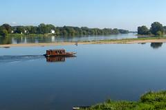 Entre Loire et Vienne (franfran37) Tags: rivire reflet bateau loire navigation vienne confluence calme fleuve srnit touraine paisible candesstmartin