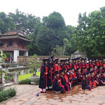 Schülergruppe im Literaturtempel in Hanoi