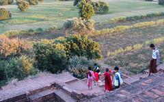 """Bagan: un jeune moine au coucher de soleil depuis la pagode Pyathada Paya <a style=""""margin-left:10px; font-size:0.8em;"""" href=""""http://www.flickr.com/photos/127723101@N04/22814909243/"""" target=""""_blank"""">@flickr</a>"""