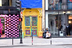Ontheemd - Rue de Rivoli Paris (FaceMePLS) Tags: parijs paris frankrijk lafrance frankreich facemepls nikond5500 straatfotografie streetphotography zwerver dakloze hobo rollingstone straatkunst streetart