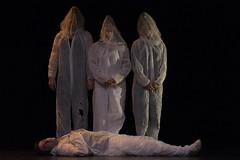 En la imagen se puede ver a cuatro componentes del grupo de teatro sobre el escenario.  Fotografía cedida por Óscar Blanco Gutiérrez.