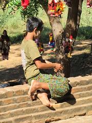 """Bagan: jeune fille faisant un bracelet au temple Dhammayangyi Patho <a style=""""margin-left:10px; font-size:0.8em;"""" href=""""http://www.flickr.com/photos/127723101@N04/23073677509/"""" target=""""_blank"""">@flickr</a>"""