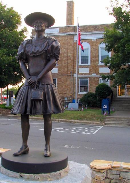 Minnie Pearl Statue, Centerville, TN