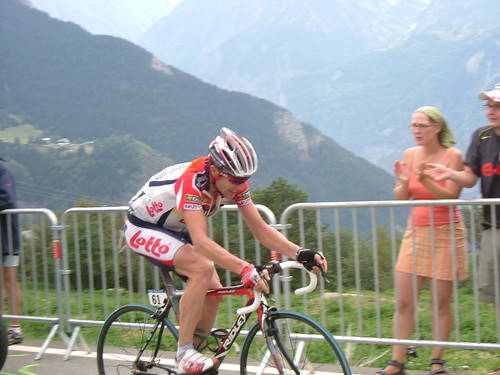 Cadel Evans struggles on L'Alpe d'Huez