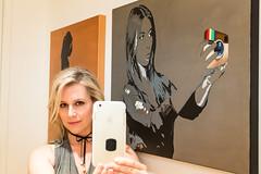 الفنانة الأمريكية بيلي موريسون تأخذ صورة شخصية مع إحدى اللوحات المعروضة خلال افتتاح معرض للوحات (الفنون الجميلة) 29 أكتوبر الماضي في غرب هوليوود كاليفورنيا (غيتي).