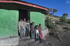 bambini, children (paolo.gislimberti) Tags: ethiopia etiopia gente people popolierazze peoplesandraces povertà poverty case houses fotografiadistrada streetphotography