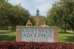 IMG_0239.jpg (Gustavus Adolphus College) Tags: old family sign student day main move oldmain movein firstyear moveinday 201204 20150904
