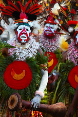 Dancers at Mt Hagen festival (puuuuuuuuce) Tags: costume dancers feathers makeup papuanewguinea mthagenshow