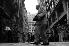 São Paulo, 2017. Centro / Downtown / Κέντρο / Centre-ville / Innenstadt / Center. (roberto.historia) Tags: sãopaulo saopaulo brasil brazil centro center pessoa person pessoas persons pretoebranco blackandwhite fotografiapoeticacom rua street fotografiaderua streetphotography movimento movement