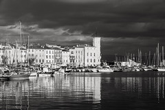 Evening light before the dark clouds come (x1klima) Tags: laciotat provencealpescôtedazur frankreich fr sonya7r ilce7r sony sonyfe85mmf14gm sel85f14gm monochrome schwarzweis noiretblanc bw plain blackandwhite streetphotography streets streetview candid urbanity urban reise travel voyage traveling voyages port harbor haven hafen marina seaport docks yachthafen jachthafen seehafen hafenstadt boot kahn dampfer sauciere schiffe schiff boat ship achitectural architecture architektur building buildings