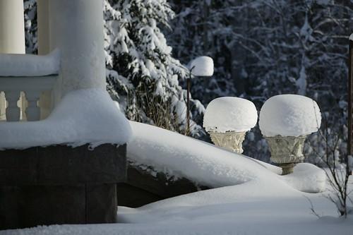Lumi koristelee kukkaruukutkin