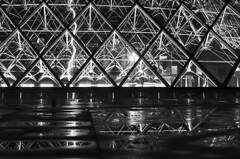 Sweet Tomorrow (○gus○) Tags: paris parigi piramidi pyramides louvre reflection blackandwhite black white monochrome grayscale blacks dark blancoynegro blanco negro monochromatico bw monoart nikond7000 500mm f18 140 ʂ