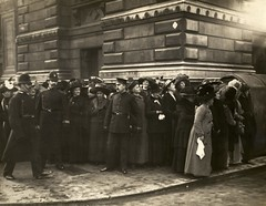 Waiting for suffragettes outside Bow Street, c.1908-1912.