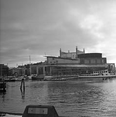 operan (rotabaga) Tags: sverige sweden svartvitt blackandwhite bw bwfp göteborg gothenburg lomo lomography lubitel166 tmax400 120 6x6 mediumformat mellanformat