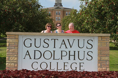 IMG_0246.jpg (Gustavus Adolphus College) Tags: old family sign student day main move oldmain movein firstyear moveinday 201204 20150904