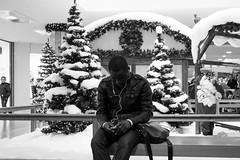white christmas (horst_fischer56) Tags: christmas schnee people bw snow man germany handy weihnachten fun deutschland streetphotography christmastree menschen mann whitechristmas schwarzweiss rheinlandpfalz ludwigshafen spas blackwithe christbaum schwarzweis rathauscenter xpro1 strasenfotografie fujixpro1