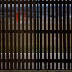 Orange (zeh.hah.es.) Tags: zaun fence gitter grid holz wood flughafen airport zürichflughafen braun brown zurichairport grün green grau gray grey orange ktzh schweiz switzerland vertical verticals vertikale vertikalen horizontale horizontalen horizontal horizontales orthogonal
