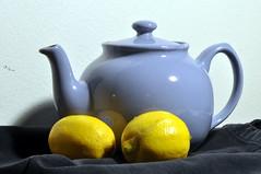 lila tekanna med två citroner. (ros-marie) Tags: kontrast fotosondag fs151206