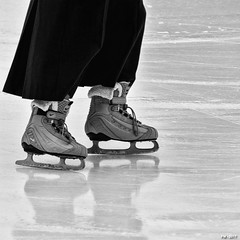 des pieds nike (P. Marioné) Tags: patin ice patinoire chaussure shoes pm marione nikon d810 raw glace patiner black noir zwart schwarz negro white blanc wit weiss blanco blackandwhite noiretblanc zwartenwit monochrome bw nb zw mono bandw netb zenw blackwhite noirblanc zwartwit schwarzweiss negroblanco streetscene scene streetpix street rue straat strase calle streetart citylife city urban ville streetlife town streetphotographer streetphotography