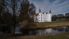 Ahrensburger Schloss (p.schmal) Tags: panasonicgx80 ahrensburg schloss schlosspark winterlinge krokusse