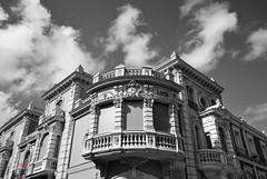 Palacio / Palace (Días de Cámara) Tags: sky blanco calle arquitectura y negro palace ventanas cielo balcon palacio persianasesquina