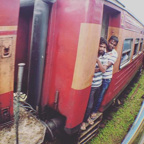 路過的對面車. #srilanka #nanuoya #railway