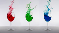 Weinspritzer (Foto-Monster) Tags: blue red white green rot glass studio und essen wine drink background fliesen alcohol flowing grn transparent wineglass blau splash trinken weiss liquid auf glas isolated pouring wein atelier spilling durchsichtig hintergrund splashing getrnk weiser rotwein getrnke plantschen weinglas fluessig verschtten isoliert eingiesen alkoholisches