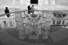 Reflections in Coimbra. (Carlos Arriero) Tags: carlosarriero reflejos reflections coimbra blancoynegro blackandwhite agua water portugal europa europe viajar travel composición composition nikon d5200 street urban calle urbana art fineart people gente distortions ciudad city