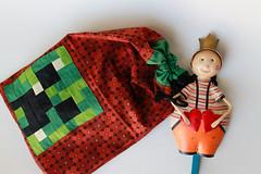 D (Canela Cheia) Tags: artesanato bolas brinquedo brown castanho christmas criança dolls dots green handmade kids minecraft patchwork play quadrados quilt retalhos saco squares stringbag talego toy verde