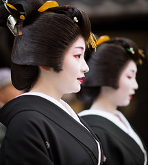 politeness (byzanceblue) Tags: gion maiko geisha geiko kyoto kagai kimono kanzashi woman female traditional formal 藝妓 芸妓 舞妓 祇園 京都 black 黒紋付 挨拶回り 新年 花街 つる居 紗月 satsuki 紗矢佳 sayaka 慇懃 politeness nikkor