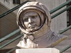 Pordenone, busto in bronzo di Yuri Gagarin (Dage - Looking For Europe) Tags: gagarin kennedy istitutokennedy pordenone comina yurigagarin busto statua friuliveneziagiulia soviethero cosmonaut