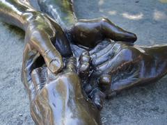 Jardin des Tuileries (Touristos) Tags: sculpture paris art couple louise bourgeois mains louisebourgeois jardindestuileries quatre contemporain