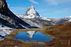 der Herbst (welenna) Tags: schnee autumn people lake snow mountains water landscape switzerland see tiere leute berge matterhorn riffelsee alpen wasserspiegel
