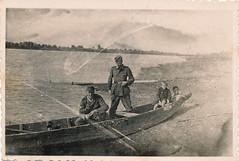 Kriegskinder und Soldaten - Foto aus dem 2. Weltkireg - gescannt (mama knipst!) Tags: history boot worldwarii soldaten 2weltkrieg kriegskinder altesfoto