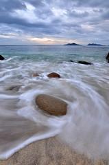 O abrazo das ondas - Wave's hug (Gato M) Tags: vigo riasbaixas riadevigo wave sea mar clouds galicia landscape sunset cies nube nuage exposicin saians